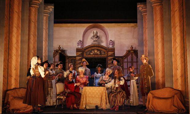 """Authentische Theaterbedingungen: """"Così fan tutte"""" in Laxenburg."""