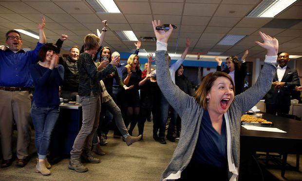 Amber Hunt, Reporterin beim Cincinnati Enquirer und andere Journalisten im Newsroom freuen sich über den Pulitzer Prize für ihr 'Seven Days of Heroin' Projekt.