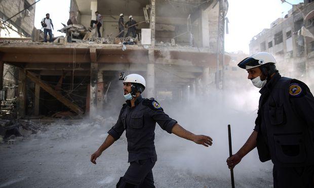 Syrische Weißhelme im Einsatz in Douma; Die Zivilschutztruppe hilft Verletzten und rettet Verschüttete.
