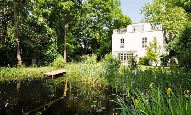 Schwimmteich oder Pool im eigenen Garten sind vor allem bei Familien mit Kindern im mittleren Alter gefragt.