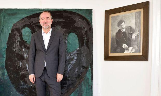 Thomas Drozda vor dem geliehenen Gemälde.