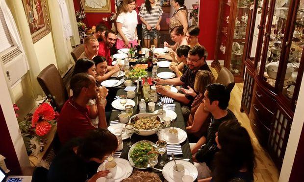 Menschen, die einander kaum kennen, setzen sich dank Mealsharing in aller Welt an einen Tisch. Hier bei Hanne Dobre und ihrem Mann in Chicago.