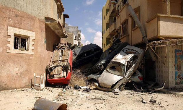 Eine Barrikade aus Autowracks in Bengasi. In der zweitgrößten Stadt Libyens im Osten des Landes hatten schwere Kämpfe gegen jihadistische Gruppen getobt.