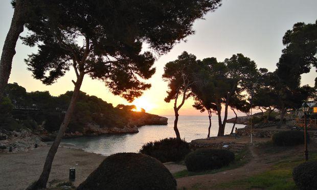 Sonnenaufgang über der Cala Esmeralda.