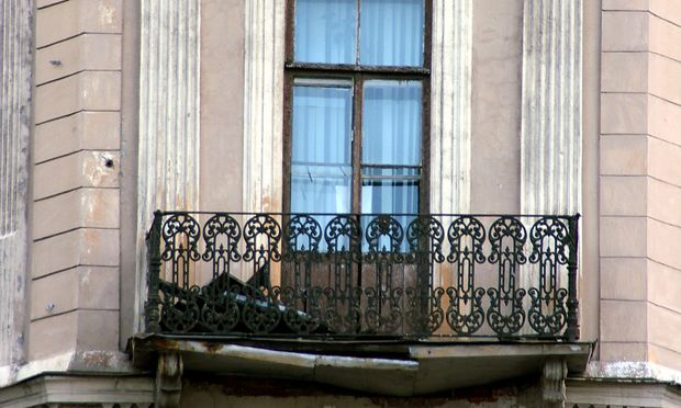 Die Unfallversicherung muss auch bei einem Sprung vom Balkon zahlen.