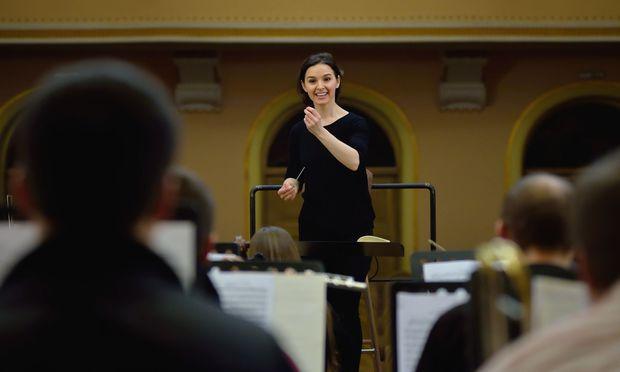 """""""Beim Operndirigieren fühle ich mich zugleich wie jede Figur und wie der Regisseur, der alles zusammenbaut"""": Lyniv beim Proben in der Lemberger Philharmonie."""