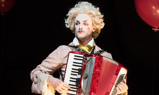 Mit Musik und Melancholie: Raphael Nicholas spielt den kostümierten Strippenzieher.