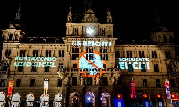 Die steirische SJ warf ein farbiges Lichtbild auf die Grazer Rathausfassade, mit dem FPÖ-Vizebürgermeister Mario Eustacchio zum Rücktritt aufgefordert wurde.