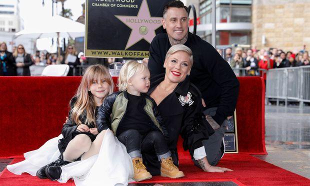Die Sängerin kam mit ihrem Mann Carey Hart (43), sowie Tochter Willow Sage (7) und Söhnchen Jameson Moon (2).