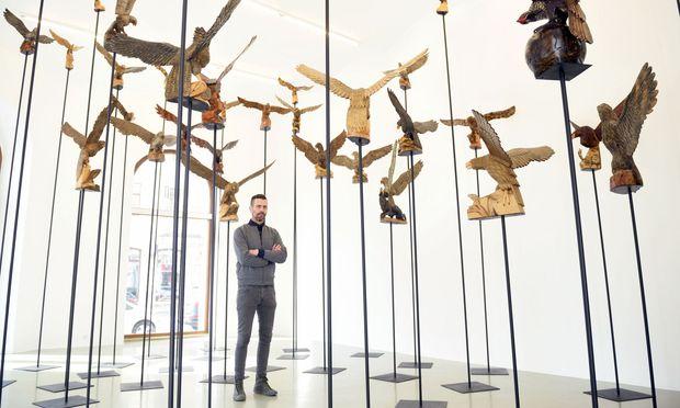 """Die Nazi-Version von Hitchcocks """"Die Vögel""""? Der Künstler Erez Israeli inmitten seines aus dem Internet zusammengekauften Adler-Schwarms in der Wiener Galerie Crone."""