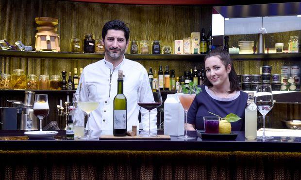 "Paul Ivic und Claudia Hofer kreieren im Haubenrestaurant Tian alkoholfreie Speisenbegleiter – etwa blauen Eistee, Granatapfel-Petersilien- Molke oder Apfel-Koriander- Rose-""Traminer""."