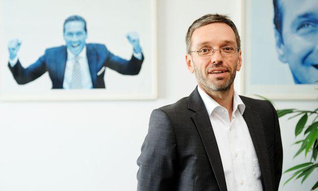 FP-Innenminister Herbert Kickl sieht Vergleich mit Bannon entspannt.