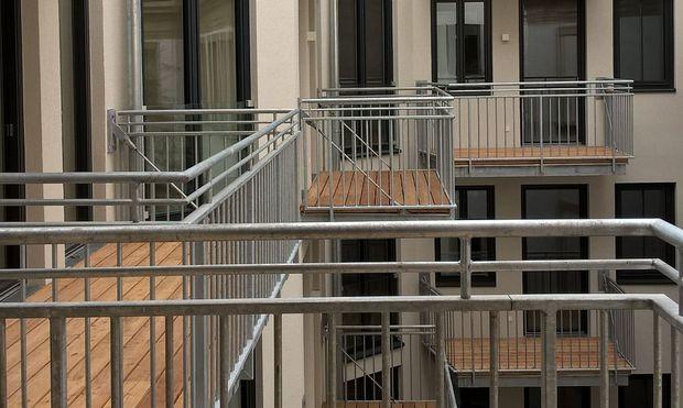 Fassade 1820, Innenleben 2017: Fast 200 Jahre Baugeschichte in einem Haus. An Balkone im Hinterhof dachte damals niemand.