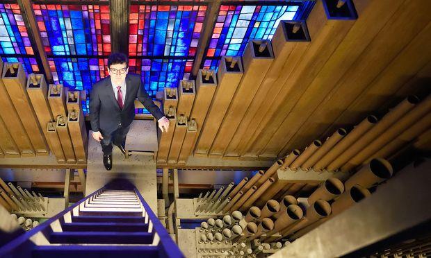 Im Inneren der Riesenorgel: Domkapellmeister Markus Landerer zwischen den Basspfeifen im hintersten Bereich der Westempore des Stephansdoms.
