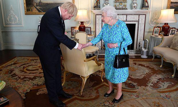 Boris Johnson, die Queen - und ein Dyson-Ventilator.