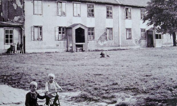 """Psychoanalyse für Hilfsarbeiter, Arbeitslose, Bettgeher, Dienstboten: """"Negerdörfl"""", Wien-Ottakring."""