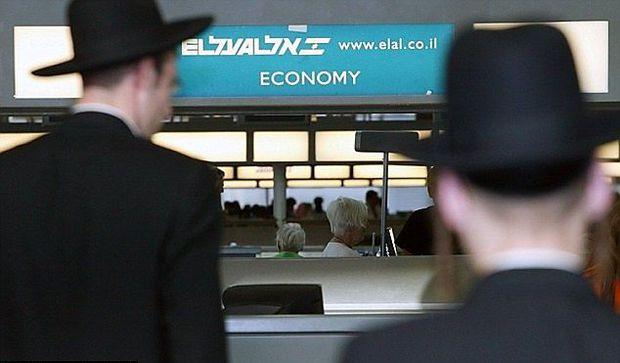 Orhodoxe Juden vor einem Schalter der El Al
