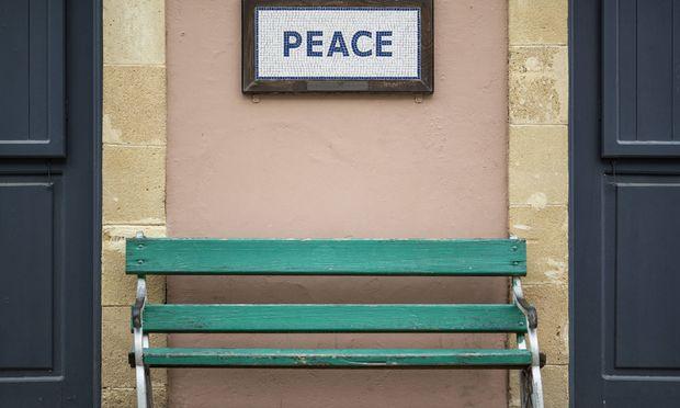 Der Frieden ist in Reichweite. Im Grenzgebiet zwischen dem Nordteil und dem Südteil Zyperns signalisiert die Bevölkerung ihre Hoffnung auf einen Durchbruch.