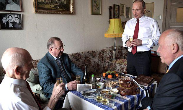 Putin gratuliert seinem einstigen Führungsoffizier. Seine Ex-Spionagekollegen haben in die Wirtschaft gewechselt.