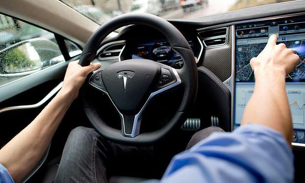 Der Autopilot mache Autos nicht zu selbstfahrenden Fahrzeugen, sagt Tesla. / Bild: APA/dpa/Sven Hoppe