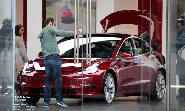 Produktion schon wieder gestoppt Tesla-Mitarbeiter bekommen kein Geld mehr