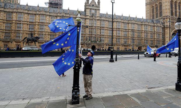 Ein paar Briten wie dieser hoffen noch immer auf den Exit vom Brexit: Es wäre wohl die billigste Lösung.