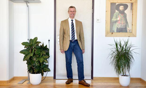 Entfernte Verwandte? Verkehrsminister Norbert Hofer (FPÖ) vor einem Bild des Tiroler Freiheitskämpfers Andreas Hofer, das in seinem Büro hängt.