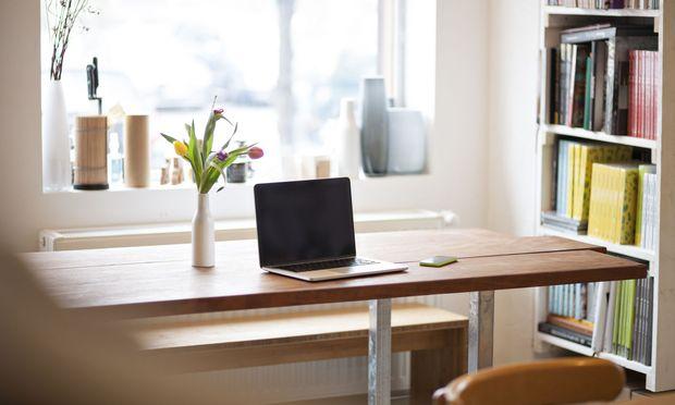 Die Möglichkeit, von daheim aus zu arbeiten, empfinden viele als Erleichterung. Klare Regeln dafür fehlen aber weitgehend noch. / Bild: Getty Images/Westend61