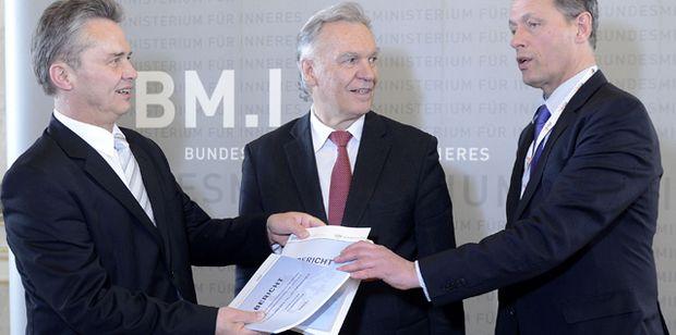V.l.: Herbert Anderl (Ex-Generaldirektor für die öffentliche Sicherheit), der deutsche BKA-Präsident Jörg Ziercke und Sektionschef Christian Pilnacek präsentieren den Abschlussberiehct der Expertenkommission in der Causa Kampusch.