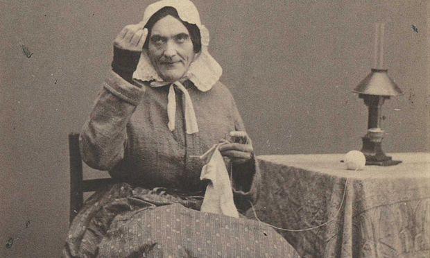 """""""Nestroy, Johann ungeschlacht, blatternnarbig, greller Schauspieler"""", schrieb ein Zeitgenosse. Nestroy hier ausnahmsweise als Frau (als Hausmeisterin Maxl)."""