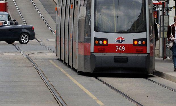 In Wien ist ein 13-Jähriger beim Zusammenprall mit einer Straßenbahn schwer verletzt worden.