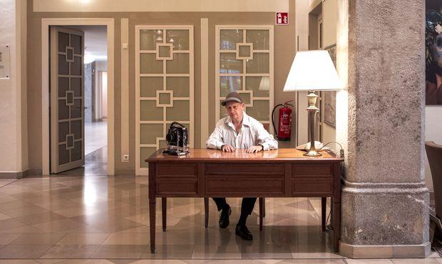 Wolfgang Thaler an seinem Arbeitsplatz. Diesmal ist die Lobby des Imperial Riding School Renaissance Vienna Hotel an der Reihe.