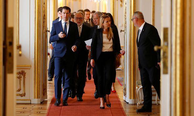 Das neue Kabinett auf dem Weg zur Abgelobung