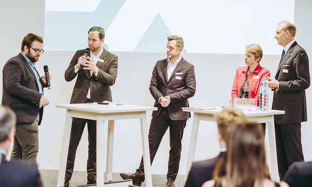 Diskussion bei der Zertifikatsverleihung: Markus Lang, Thomas Schmid, Gregor Schütze, Susanne Kalss und Lehrgangsleiter Peter Kunz.