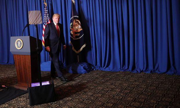 Donald Trump am Donnerstagabend in seinem Millionärsclub Mar-a-Lago nach seiner Stellungnahme zum US-Angriff auf eine syrische Luftwaffenbasis.