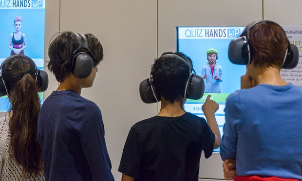 """In der Ausstellung """"Hands up"""" trägt man Kopfhörer und probiert viel aus."""