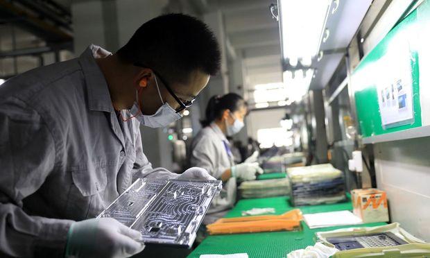 Der japanische Elektronikkonzern Toshiba hat seine Ertragsprognose für das laufende Geschäftsjahr gesenkt.
