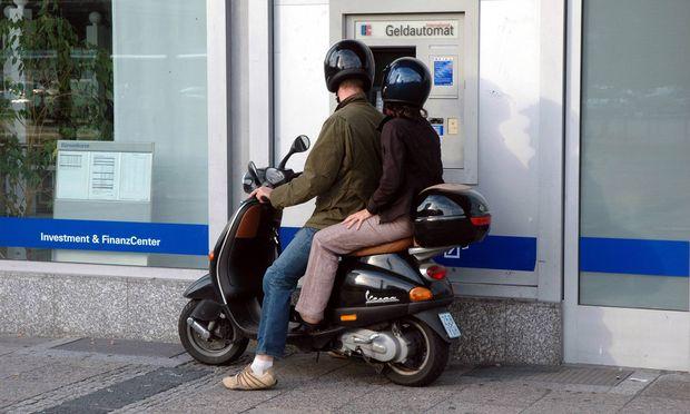 Paar beim Geldabheben