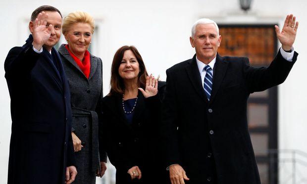 Polnisch-amerikanische Freundschaft: Polens Präsident Andrzej Duda (l.) und US-Vizepräsident Mike Pence (mit ihren Ehefrauen) bekräftigen die guten bilateralen Beziehungen mit einem Waffengeschäft.