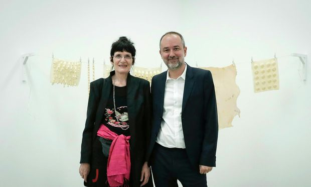 Sie malt keine Blumen: Renate Bertlmann mit Kulturminister Thomas Drozda.