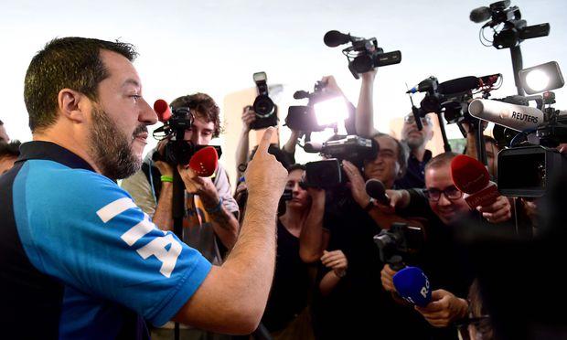 Matteo Salvini denkt nicht daran, angesichts leerer Staatskassen auf die versprochenen Finanzgeschenke zu verzichten: Der Lega-Chef geht auf Konfrontationskurs mit Brüssel.