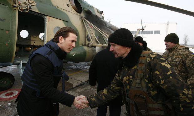 Im Hubschrauber in Richtung Front. Österreichs Außenminister, Sebastian Kurz, auf Besuch in der Ostukraine.