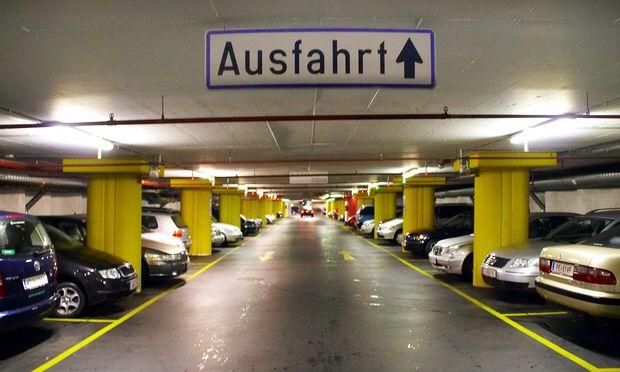 Autofahrer, die im Parkhaus gleich zwei Parkplätze beanspruchen, sorgen für Unmut (Symbolbild).
