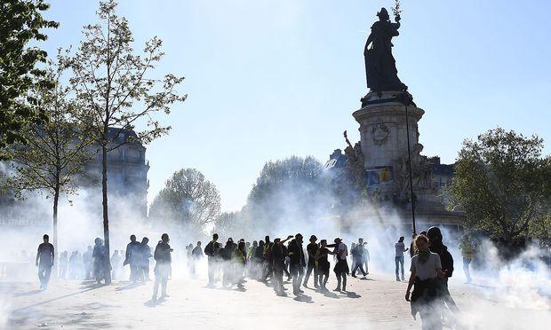 Die Polizei setzte am Place de la République Tränengas gegen gewalttätige Gelbwesten-Aktivisten ein.