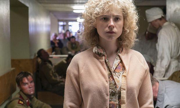 Lyudmilla (Jessie Buckley) sucht im Krankenhaus nach ihrem Mann Vasily, der bei einem Feuerwehreinsatz nach der Reaktorkatastrophe verstrahlt wurde.