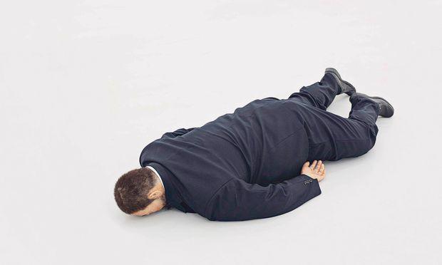 """Ai Weiwei scheint wie tot am Boden zu liegen: Die lebensechte Figur heißt """"Der Tod von Marat"""" (2011) und stammt von He Xiangyu (*1986)."""