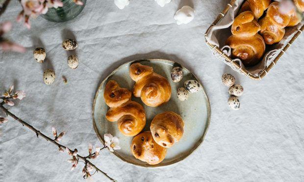 Süße Osterhasen und andere Naschereien lassen sich aus dem Teig formen.