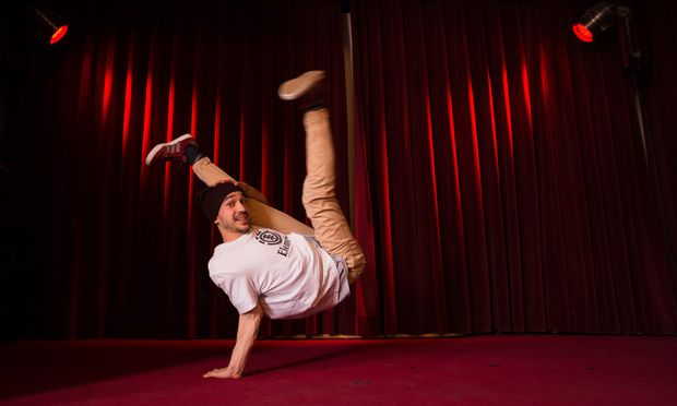 Valentin Kokalko auf der Bühne der Roten Bar im Volkstheater. Im eigentlichen Saal treten beim Wettbewerb Red Bull BC One am Samstag Breakdancer gegeneinander an. Den österreichischen Breakdance-Battle hat Valo in den Vorjahren schon mehrfach gewonnen.