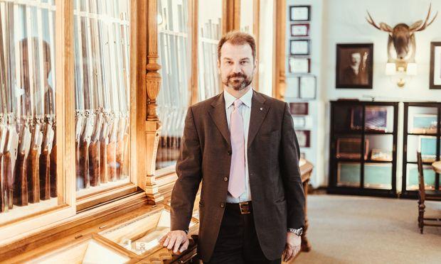 Christian Johann Springer im neu gestalteten Schauraum für historische Waffen am Stammsitz in der Josefstadt.