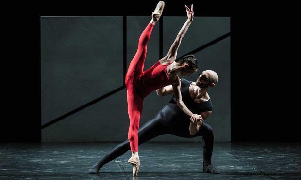 """Auch hier ein Spiel mit Licht und Schatten: In William Forsythes Choreografie """"Steptext"""" verschwinden die Tänzer der Compagnie CCN – Ballet de Lorraine immer wieder in der Finsternis."""